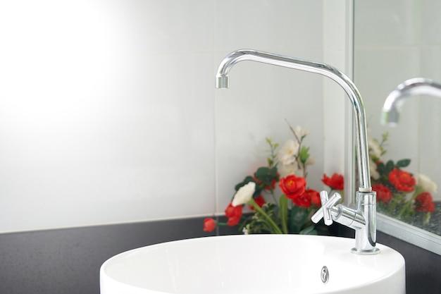 現代の白いシンクは、きれいな感じを提供します。細菌と汚れのバスルーム