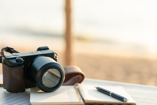 ペンが付いている日記浜辺のテーブルに置かれて