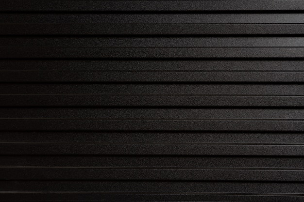 灰色の金属板でできた壁。亜鉛風施工を分割するためのフェンスとして使用