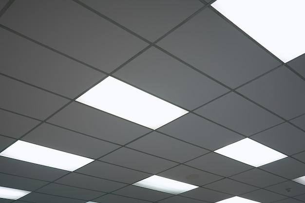 白い天井にネオンの電球が盛り上がりながら見える。