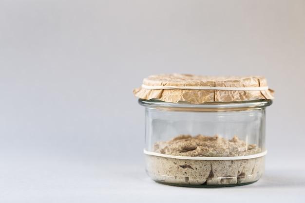 Процесс брожения домашнего хлеба на закваске.