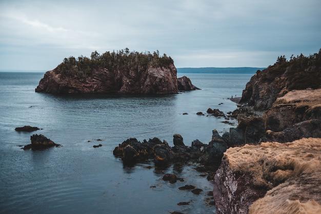 昼間の海の茶色の岩の形成