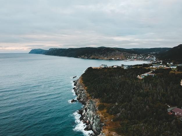 海沿いの山の崖の空中写真