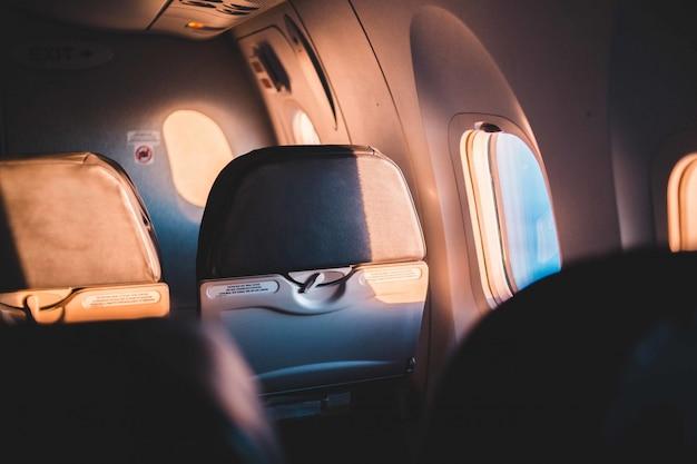 窓際の飛行機の座席