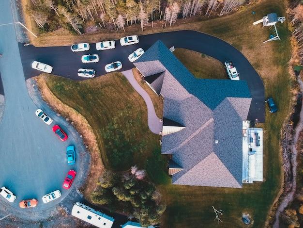 Аэрофотоснимок автомобилей, припаркованных возле дома