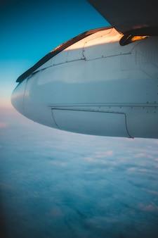 白い雲の上の白い飛行機