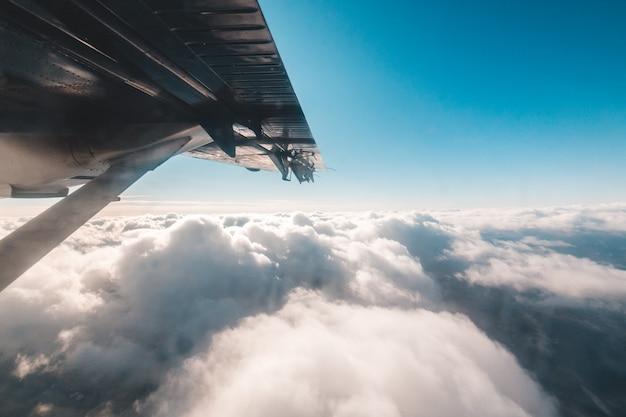 雲の上の飛行中の旅客機