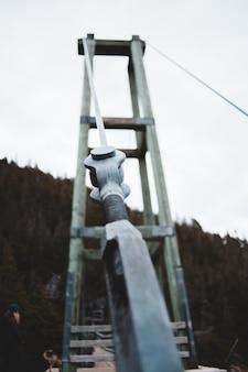 白いひもが付いている灰色の金属パイプ