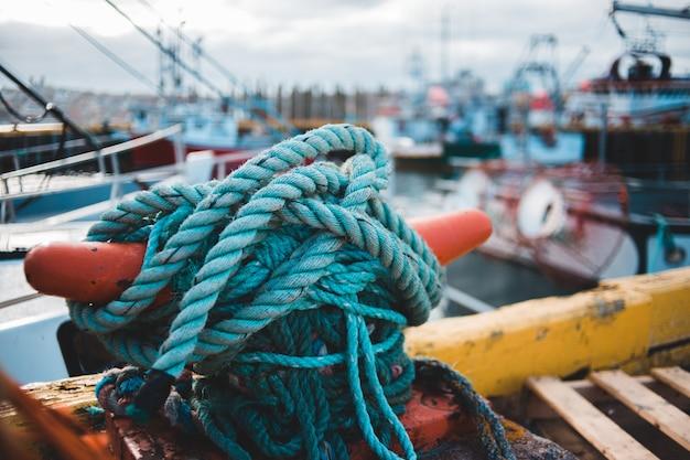 背景をぼかした写真の青いロープ