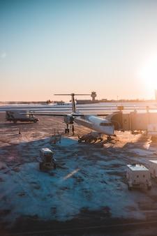日中の灰色のコンクリートの床に白い飛行機