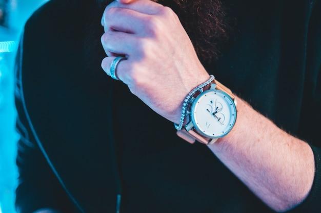 ピンクの革バンドが付いたラウンドホワイトとシルバー色のクロノグラフ時計