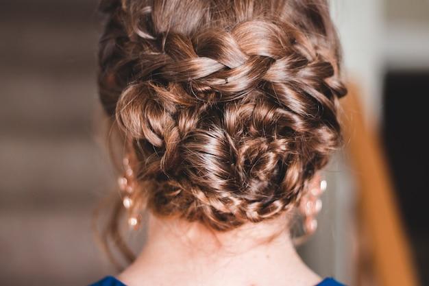 編んだ髪を持つ女性