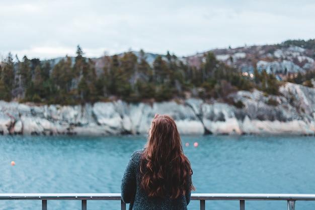 Женщина смотрит на водоем