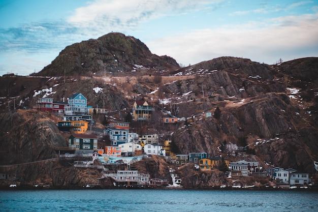 茶色の山の色とりどりの家
