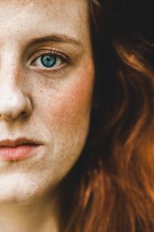 緑色の目の女性の左頬