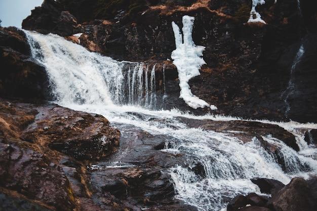 波打つ多層の滝のタイムラプス写真