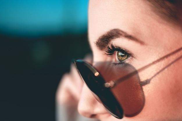 Женщина в солнцезащитных очках