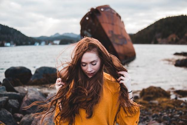 海岸に立っている女性