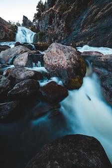 流れる多層滝のタイムラプス写真