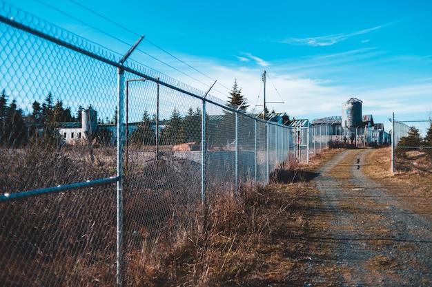 昼間の経路の近くのフェンス