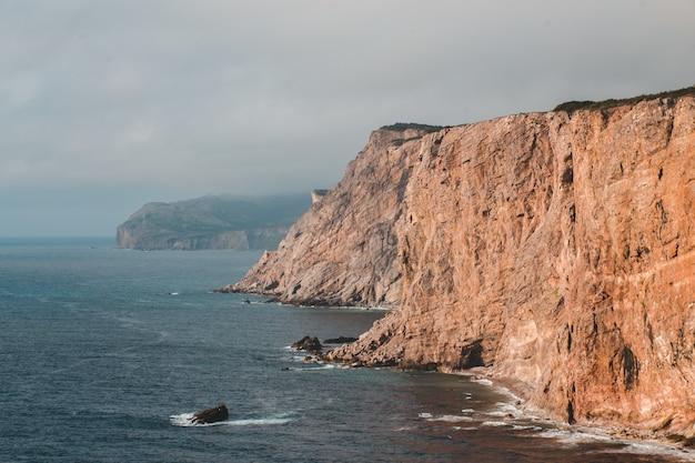 海のそばの崖
