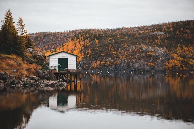 川の近くの白い家