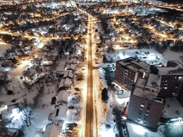 夜間の都市の空撮