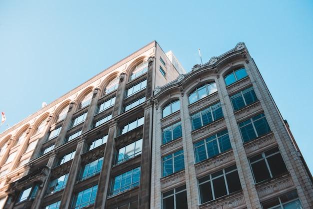 昼間の青い空の下で茶色のコンクリートの建物