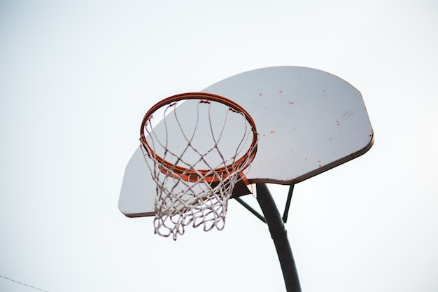 白と赤のバスケットボールリング