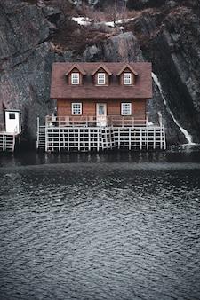 水の体の横にある茶色と白の家