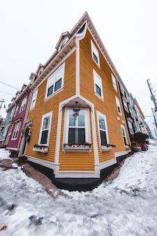 茶色の木造住宅