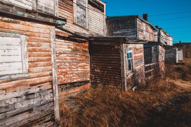 茶色の草の近くの茶色の木製の小屋