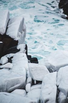 Серые скалы возле воды в дневное время