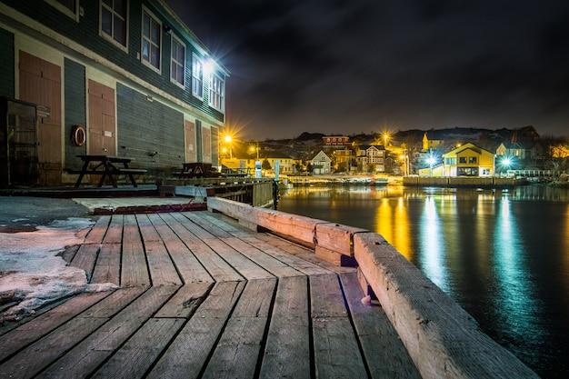 Коричневый деревянный причал возле водоема в ночное время