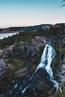 日中の滝の空撮