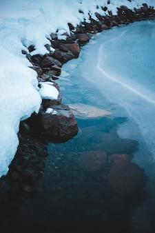 Серые скальные образования возле водоема