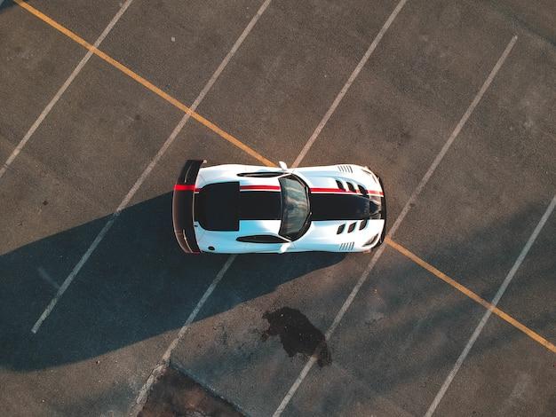 Бело-черная машина на асфальтированной дороге