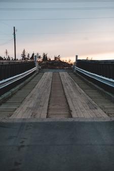 日没時に茶色の木製ドック