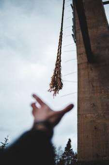 Неглубокий фокус фото коричневых канатов