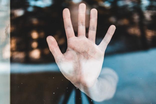 Лица левой руки с каплями воды