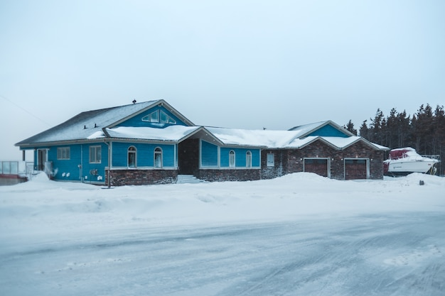 冬の主要道路近くの大きな家