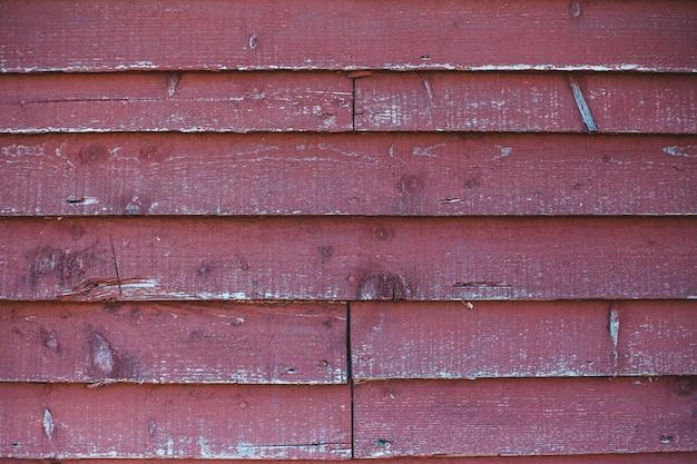 Красная деревянная стена в дневное время