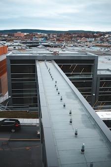 Серые бетонные здания в дневное время