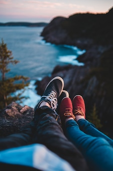 ビーチの概要と崖でのカップル