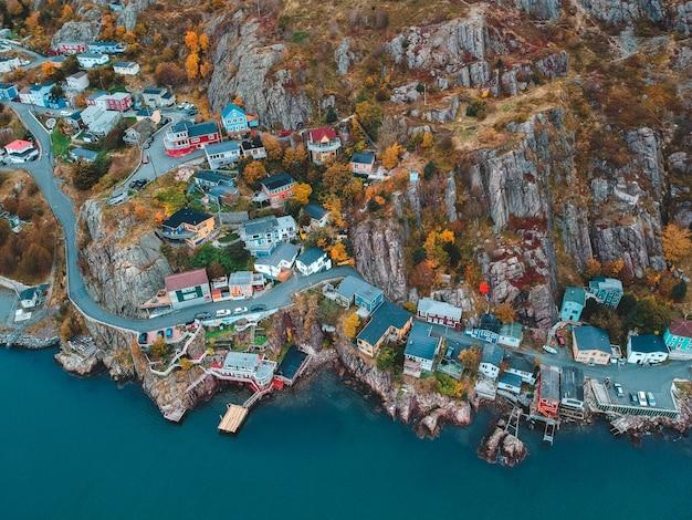家と昼間の青い水の近くの建物の空中写真