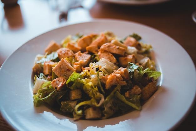 白いセラミックプレートに茶色と緑の野菜料理