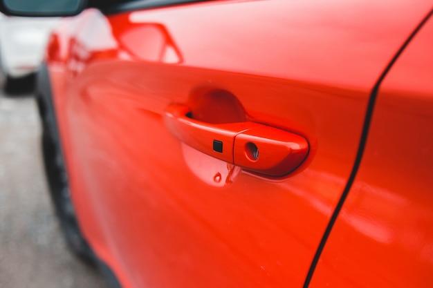 Красная машина в крупным планом фотографии
