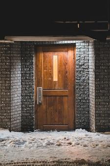 閉じた茶色の木製ドア