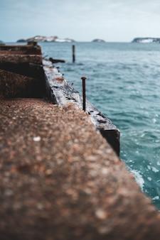 日中の水域近くの茶色のコンクリートドック