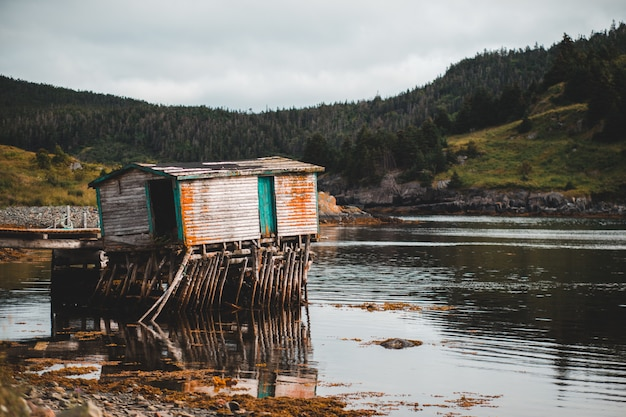 湖の木製キャビン